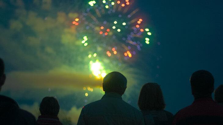 花火を見る人たち