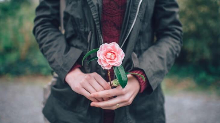 バラを持つ女性