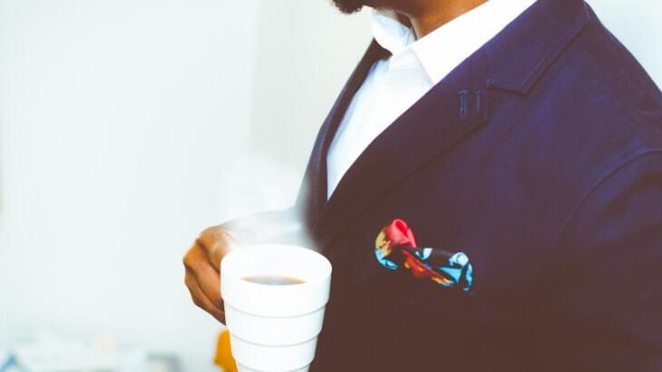 スーツとコーヒーカップ
