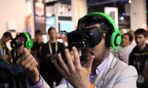 VRヘッドセットを装着している男性