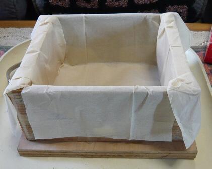 岩城正夫氏所蔵の電気パン焼き器・中にキッチンペーパーを敷いたところ。