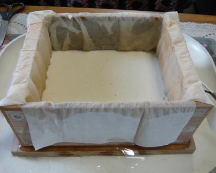 岩城正夫氏所蔵の電気パン焼き器・水で溶いたホットケーキミックスをいれ、キッチンペーパーを濡らしたところ。