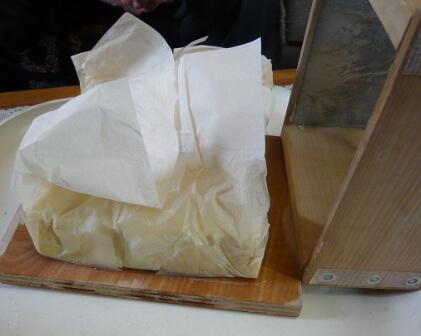 岩城正夫氏所蔵の電気パン焼き器・底板を残し、枠を外す。