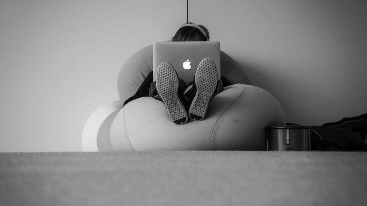 macbookで音楽を聴いている