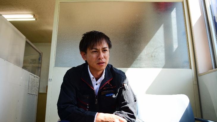インタビューを受けるカワハラネオン川原専務