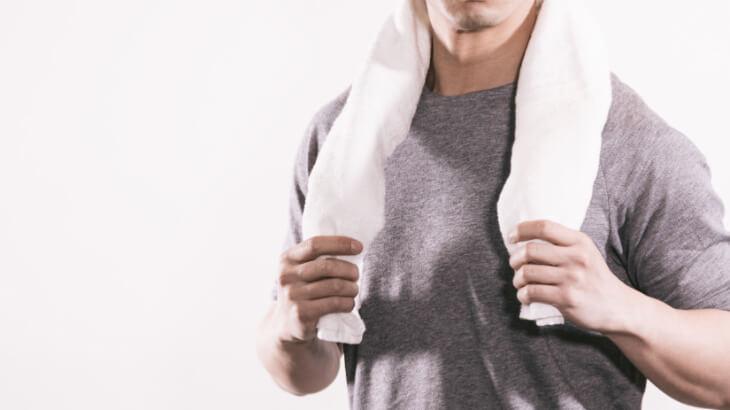 タオルを握る男性