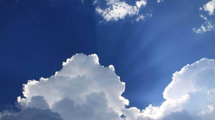 雲の隙間から太陽の光