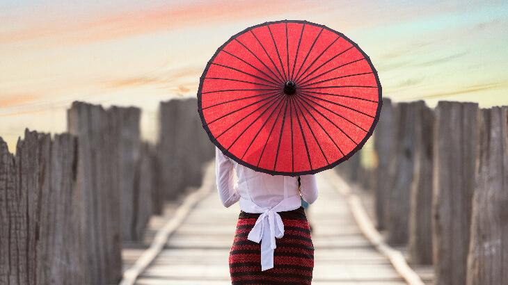 傘を持つ女性の後ろ姿