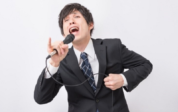 カラオケを熱唱する男性