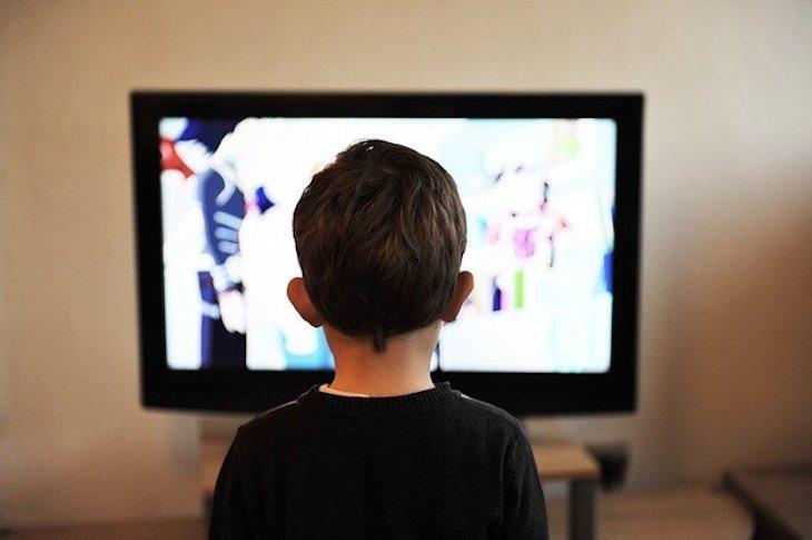 一人でテレビを見る子供