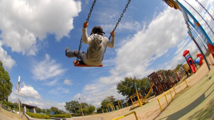 公園で遊ぶ男の子