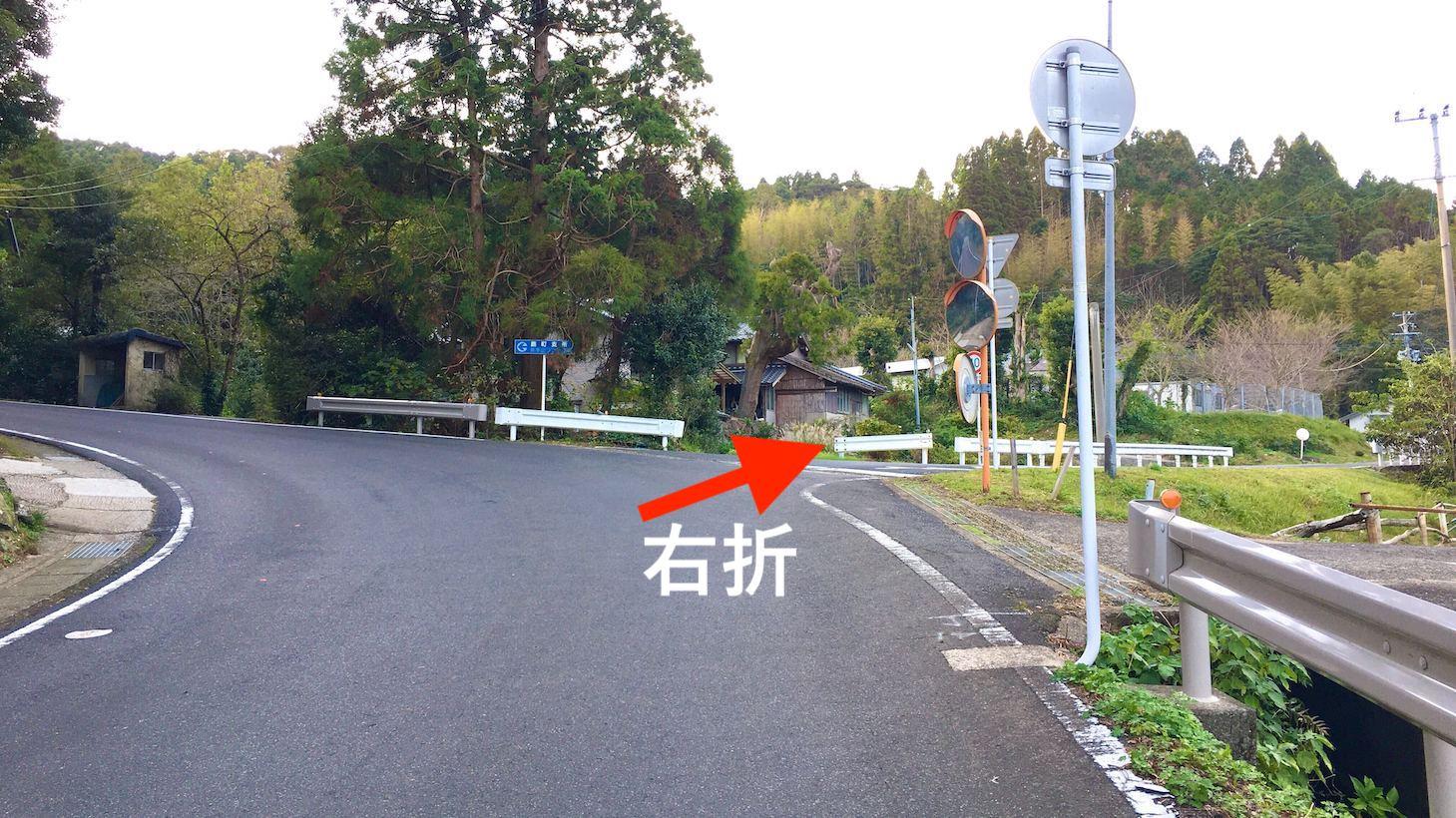 鹿町支所の標識がある交差点