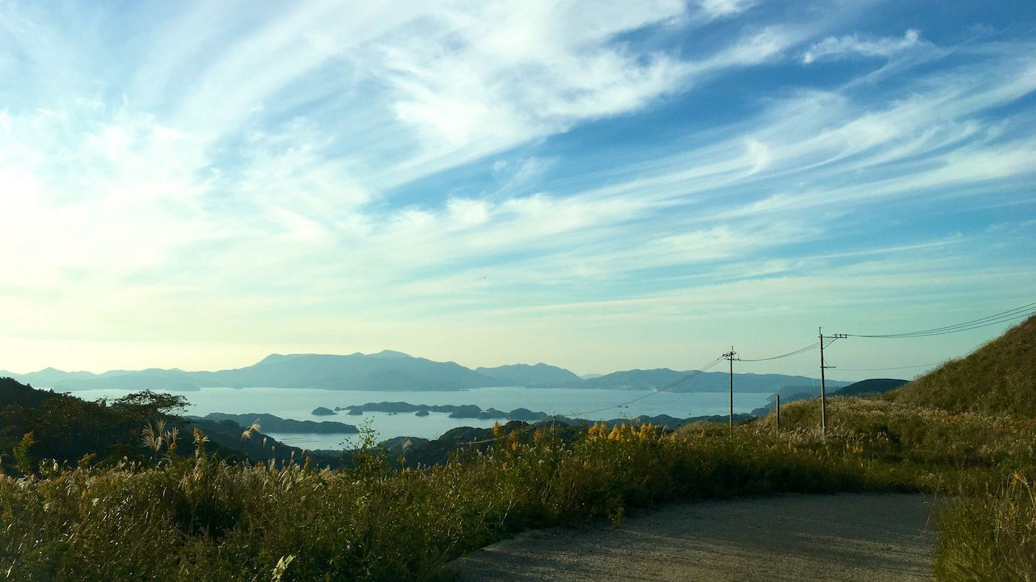 山上から見える海と山の綺麗な景色