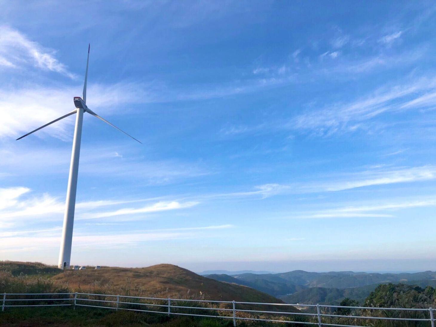 少し離れたところから見る風力発電機