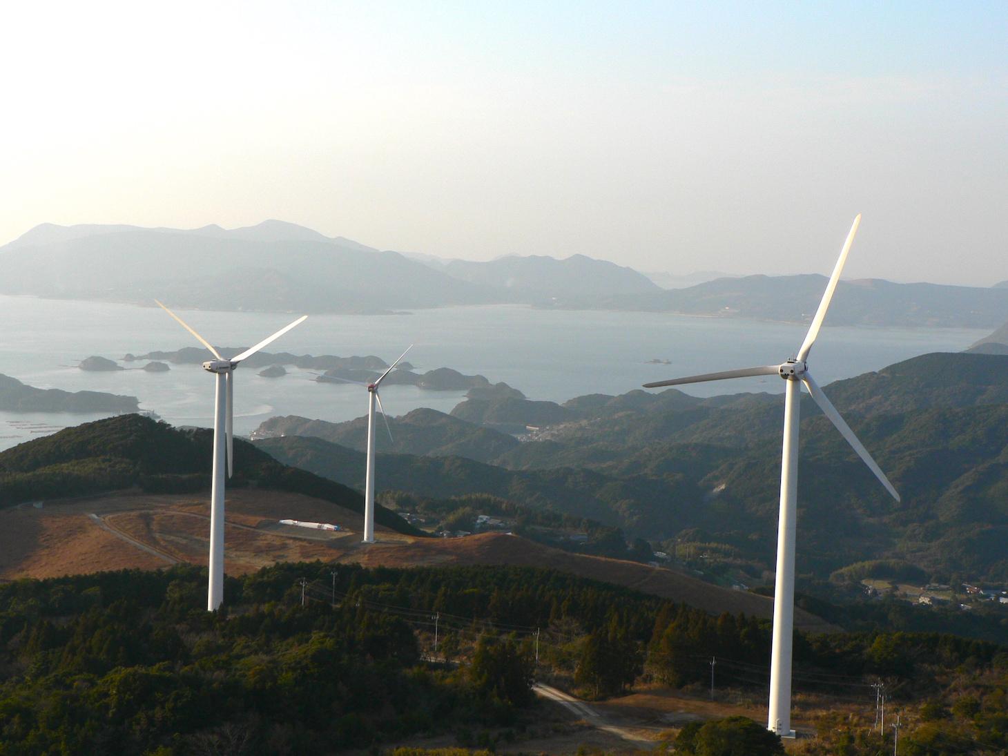 北九十九島をバックに空撮された風車発電機