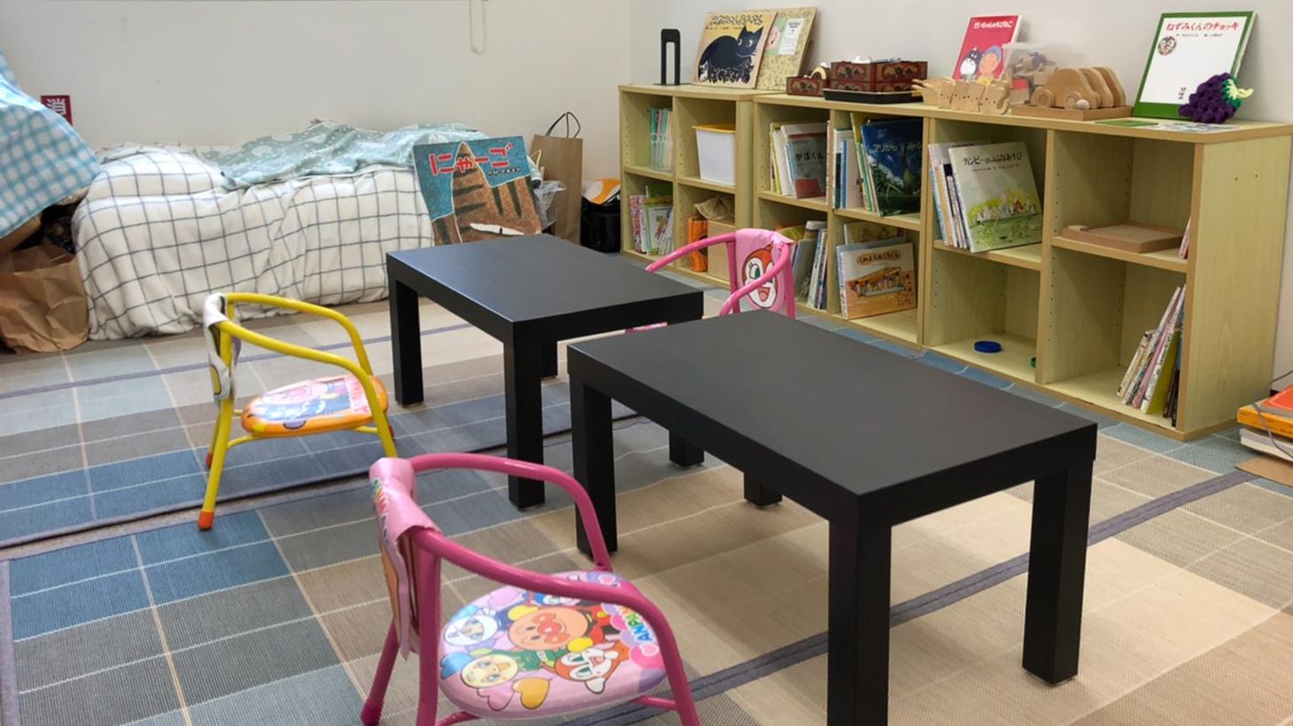 2階の内観。子供いすとテーブル