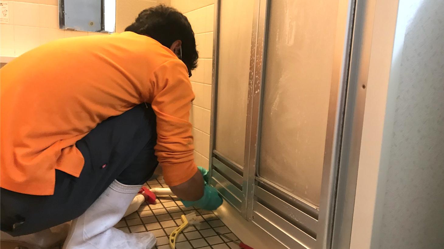 プロによる浴室扉の掃除