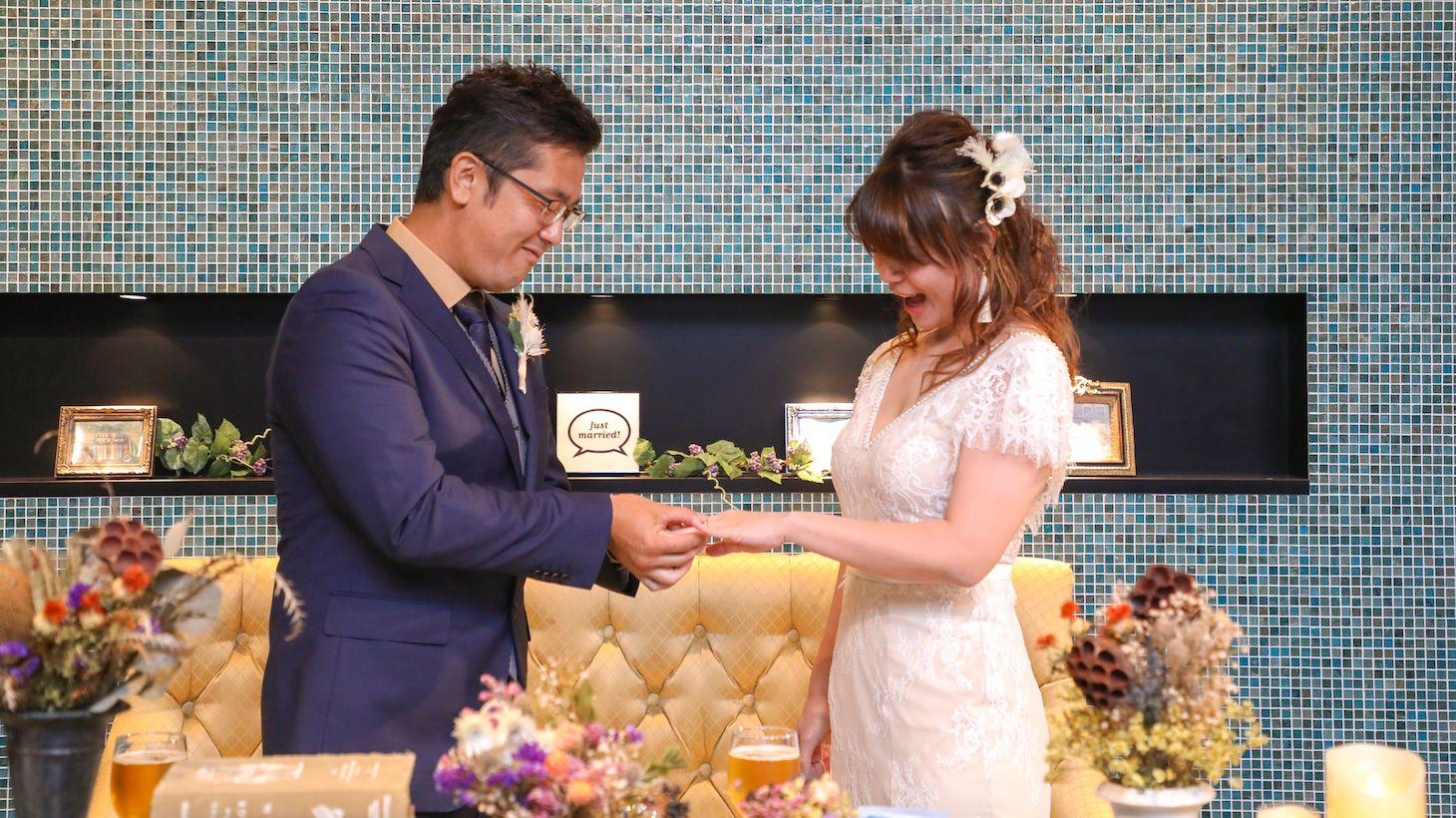 指輪交換をする夫婦